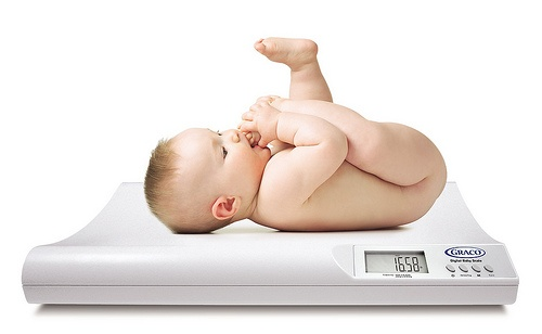 Accurately check the weight of your baby.Awesome Baby, Articles Explain, Amazing Baby, Baby Care, Baby Big, Births Weights, Baby Scales, Baby Bull, Baby Weights