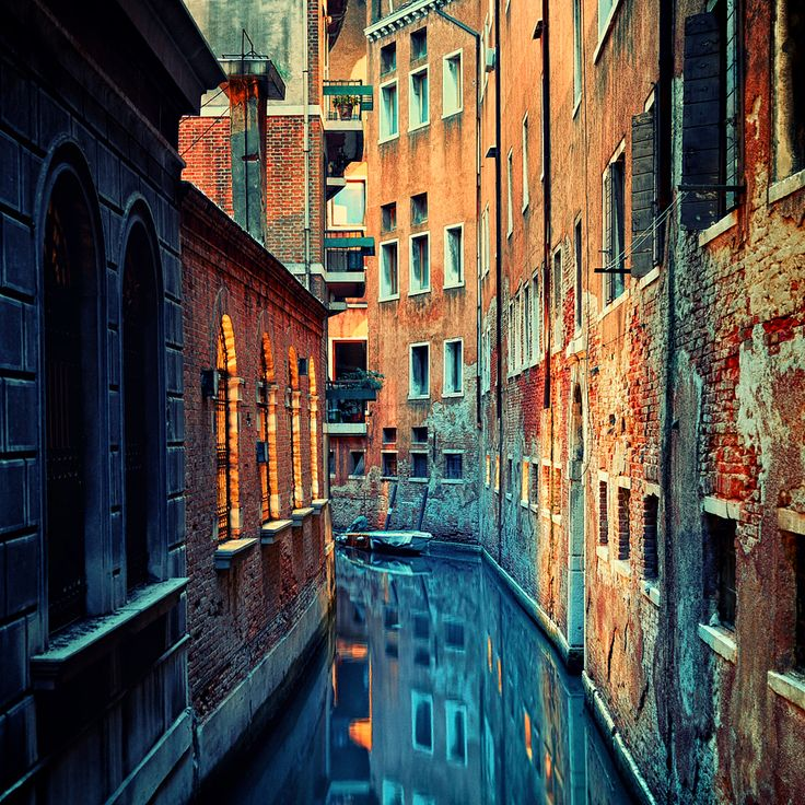 Venezia by `isacg. Just waiting for Ezio to parkour down a wall...