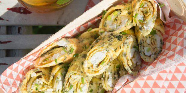 Omeletrolletjes met feta en kruiden, om te delen of om zelf op te snoepen.