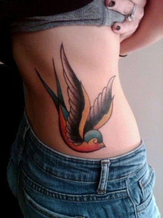 Maxi rondine colorata sulla schiena  Tatuaggio old school lungo la schiena.