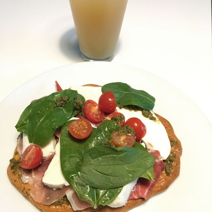 [Homemade] Serrano ham mozzarella and tomatoes on homemade flatbread topped off with spinach leaves and green pesto