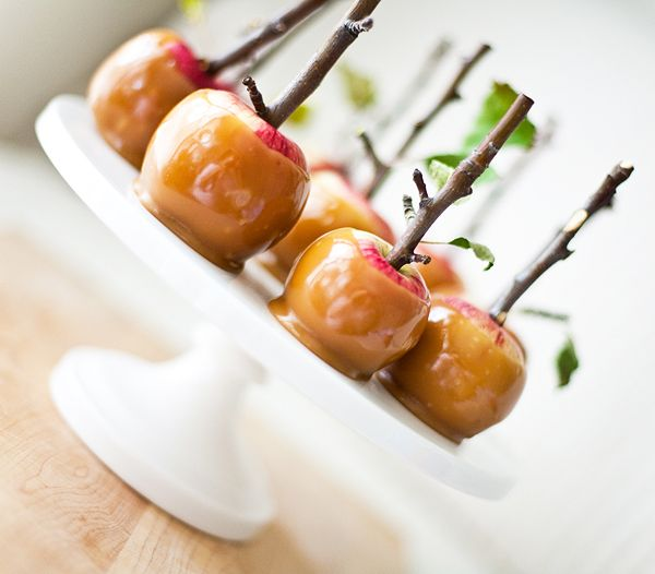 twigs! too cute.Halloween Desserts, Ideas, Minis Caramel Apples, Candies Apples, Caramelapples, Fall Recipe, Trees Branches, Apples Recipe, Halloween Treats