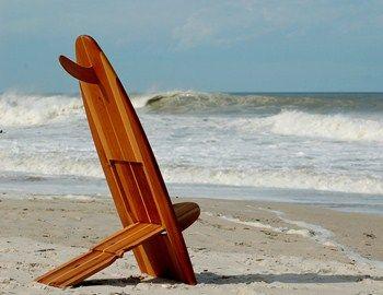Καλή ιδέα η καρέκλα παραλίας surfer Bombwatcher, σχεδιασμένη από τον Clinton Underwood στην Cocoa beach της Φλόριντα. Είναι χειροποίητες και πολύ ανθεκτικές. Με έξυπνο τρόπο διπλώνουν, μεταφέρονται και αποθηκεύονται εύκολα. Επίσης μπορείτε να παραγγείλετε custom