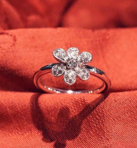 Floret ring - White gold eighteen carats, pure diamonds kt 0,26