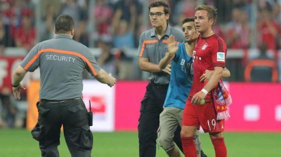 """""""Bitte, tut mir nichts!"""". Ein Flitzer wollte beim Bayern-Spiel ein Selfie mit Mario Götze"""
