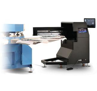 l sistema di stampa DigiScreen sviluppato da Ser-Tec è stato progettato per combinare al meglio la stampa digitale e serigrafica. La stampante digitale si integra perfettamente con ogni giostra serigrafica automatica o manuale e può stampare su tessuti chiari o scuri, in doppia quadricromia o in quadricromia + bianco