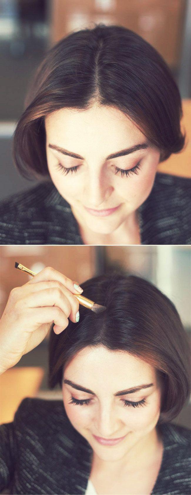 Se você tiver cabelo castanho/escuro, e quiser disfarçar um pouco o braço da raiz aparente, experimente passar uma sombra que se assemelhe ao tom do seu cabelo nela - 14 Truques de beleza para a hora de se arrumar em casa