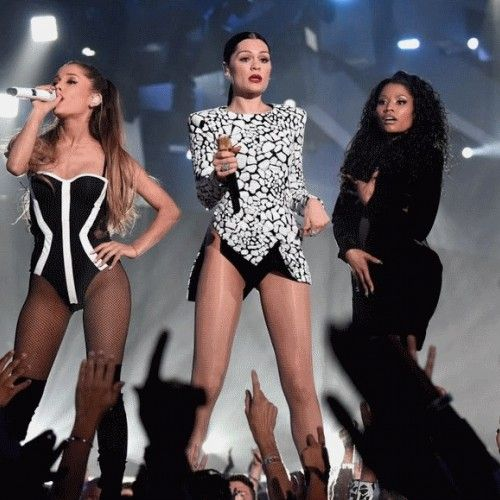 Singers performing at the MTV Music Awards