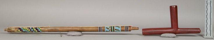 Катлинитовая трубка, Арапахо. А. Длина 30 дюймов, высота 9 1/2 дюймов. Коллекция Victor J. Evans, 1931 год. Колорадо. NMNH.