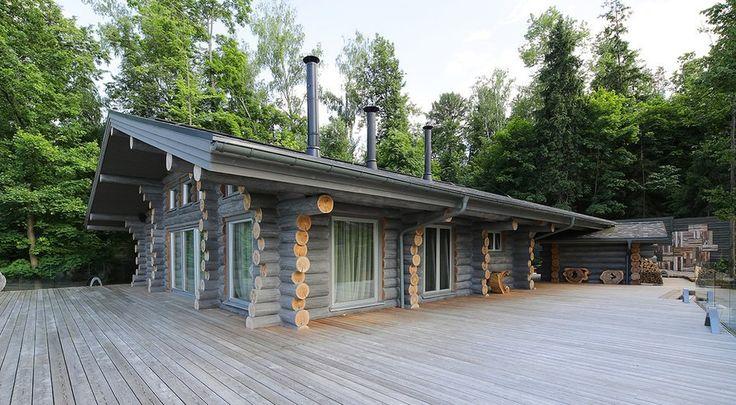 Chalet contemporain en rondins et son immense terrasse for Maison bois design contemporain