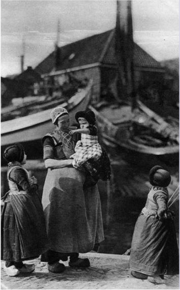 Afbeelding van een moeder met enkele kinderen in klederdracht in de haven van Spakenburg (gemeente Bunschoten). 1913 Weenenk Snel #Utrecht #Spakenburg