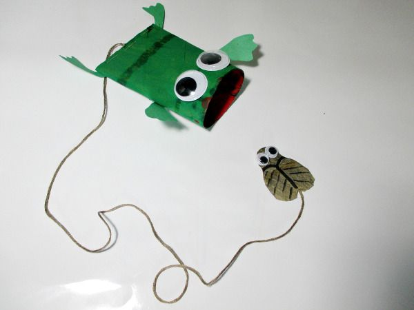 [Toilet Paper Roll #3] Frog and fly catcher toy (need string and stapler). Use construction paper and markers instead of paint.