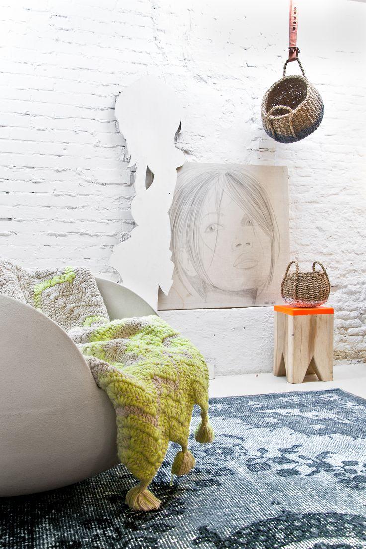 Felle kleuren zoals geel en oranje staan mooi in een rustig en wit interieur #color #white