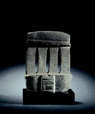 ART PRÉCOLOMBIEN d'Amérique du Sud, d'Amérique Centrale et de Mésoamérique. #Temple miniature. Calcite grise légèrement couverte d'un dépôt #calcaire blanc. Edifice à quatre colonnes surmonté d'un linteau et d'une toiture légèrement arrondie. Vendu aux #encheres le 26/09/07 par Binoche et Giquello