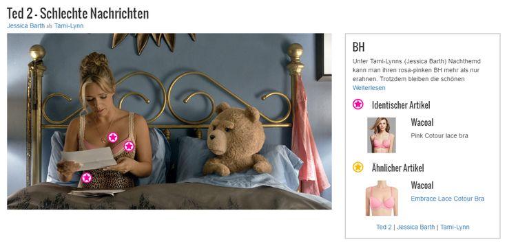 Unter Tami-Lynns (Jessica Barth) Nachthemd kann man ihren rosa-pinken BH mehr als nur erahnen. Trotzdem bleiben die schönen Spitzendetails, die sich am unteren Saum des Büstenhalters und am rückwärtigen Verschluss befinden, verborgen. Auch der Glanz der Träger fällt unter denen ihres Schlafshirts nicht auf. Das schöne Stück ist original von Wacoal und auch für größere Oberweiten erhältlich.