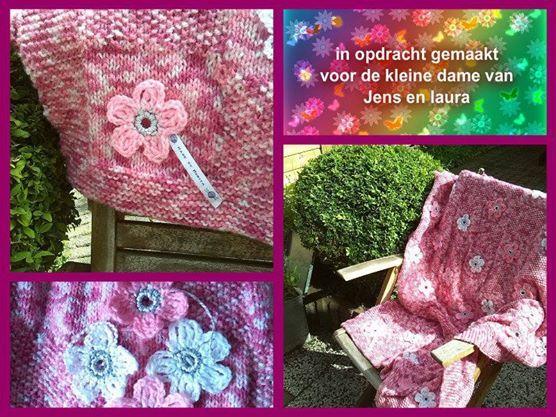 ledikant baby deken, gebreid met gehaakte bloemen