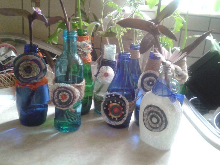 Γυάλινα μπουκάλια που έγιναν ανθοδοχεία