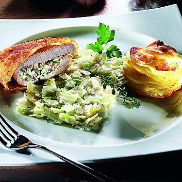 Gefüllte Kalbsschnitzel, Anna-Kartoffel-Törtchen und Spitzkohlgemüse