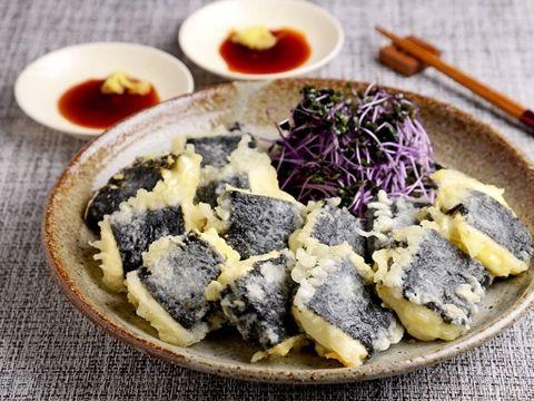豆腐にチーズを挟んでのりで巻き、天ぷらの衣をつけて揚げ焼きにしてみました。 生姜じゅうゆがよく合い、ごはんのおかずにもおつまみにもなる1品です。