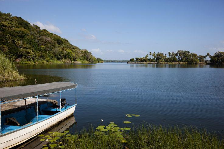Sejltur på Nicaraguasøen. Her kan du sejle mellem Las Isletas, som er 365 små øer, der opstod, da den nærliggende Mombacho vulkan, ved et udbrud for ca. 20.000 år siden, sprang sin top af. Øerne byder på flere arkæologiske og historisk interessante områder.
