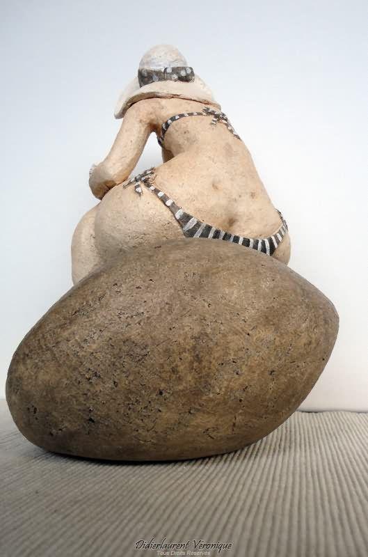 Véronique Didierlaurent - Les bikinis - Maillot rayé (dos)  20x15 cm  Terre Cuite, Chamotée et Patinée