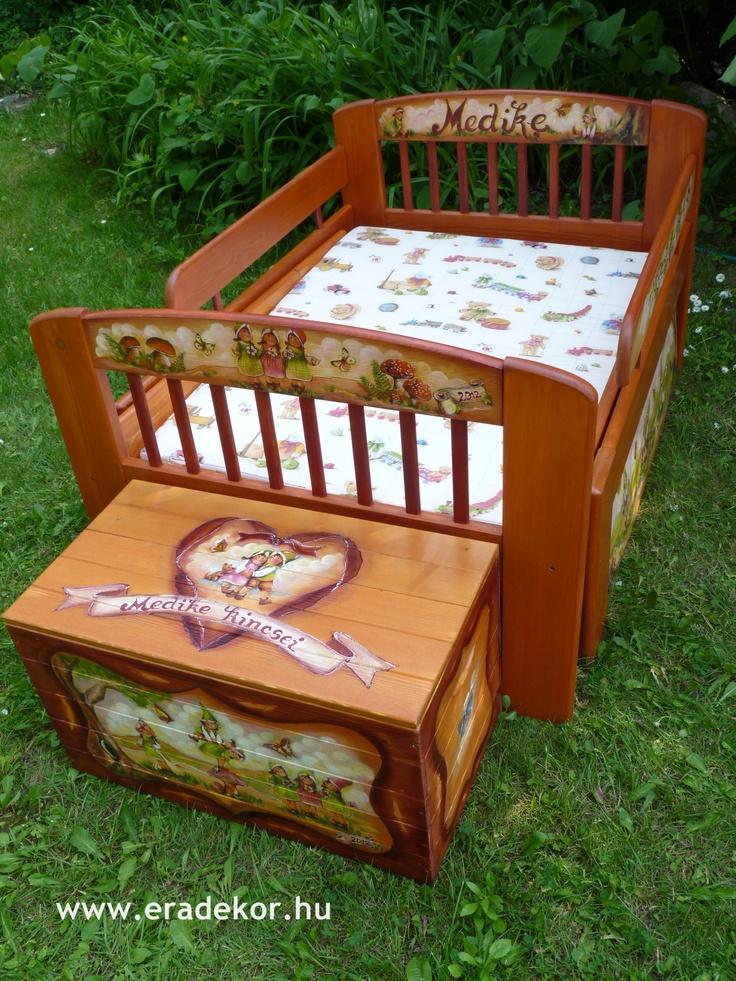 Ágy és játéktároló láda - Medike névreszóló tömörfenyő festett hosszabbítható gyerekágy ágyneműtartóval, leesésgátlóval. Fotó azonosító: AGYMED13