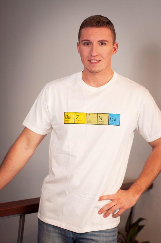 T-shirt BaZINGa Dit rechte model T-shirt voor mannen is gemaakt van voorgekrompen ringgesponnen katoen en heeft de opdruk 'BaZINGa'. Bekend geworden van de TV-serie 'Big Bang Theory'. De hoge kwaliteit en goede verwerking zijn zichtbaar in de dubbele naden aan de mouwen en de zoom en de tweevoudig gelegde kraag in 1X1 ripp.