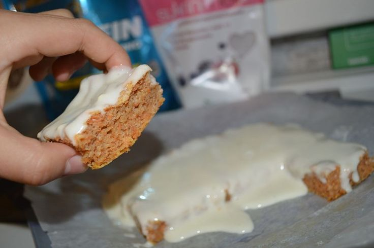 proteinrik, socker- och glutenfri samt fettsnål morotskaka ... Recept för 9 ganska små bitar: En normalstor morot (115g) 1 ägg 1dl sötströ 20g vaniljvassle  20g vaniljkasein  150g vaniljkvarg  40g sockerfritt äppelmos 20g kokosmjöl 1tsk fiberhusk 1tsk bakpulver  0,5msk kanel plus ev. lite ingefära och kardemumma
