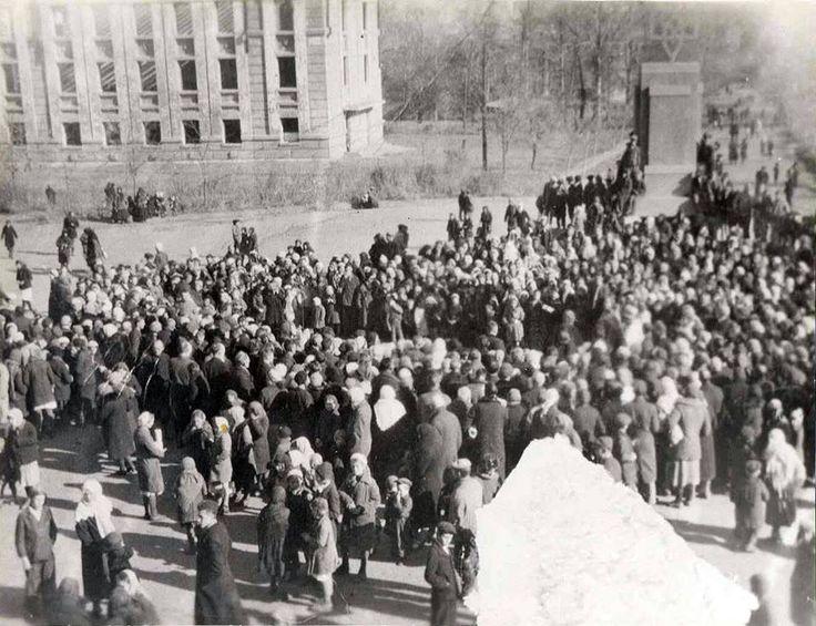 А вы знали об этом? 28 октября 1942 года. Краматорск. Украинские патриоты установили тризуб на постаменте вместо памятника Ленина.