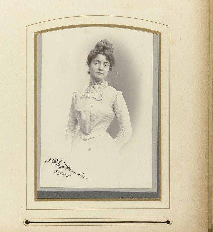 Franz Eiffert | Portret jonge vrouw met opgestoken haar en lange ketting met hanger, Franz Eiffert, 1901 |