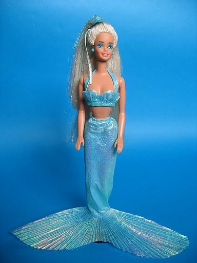"""La barbie sirena de mi infancia. Lo último que hice fue cortarle todo el cabello para que fuera más """"grunge"""" en 1994."""