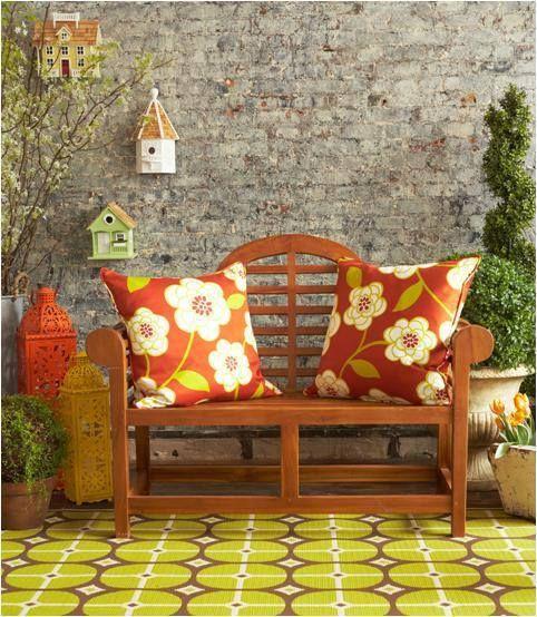 Flores para enfeitar e deixar confortável sua varanda. #decoração #imóvel #almofada #varanda