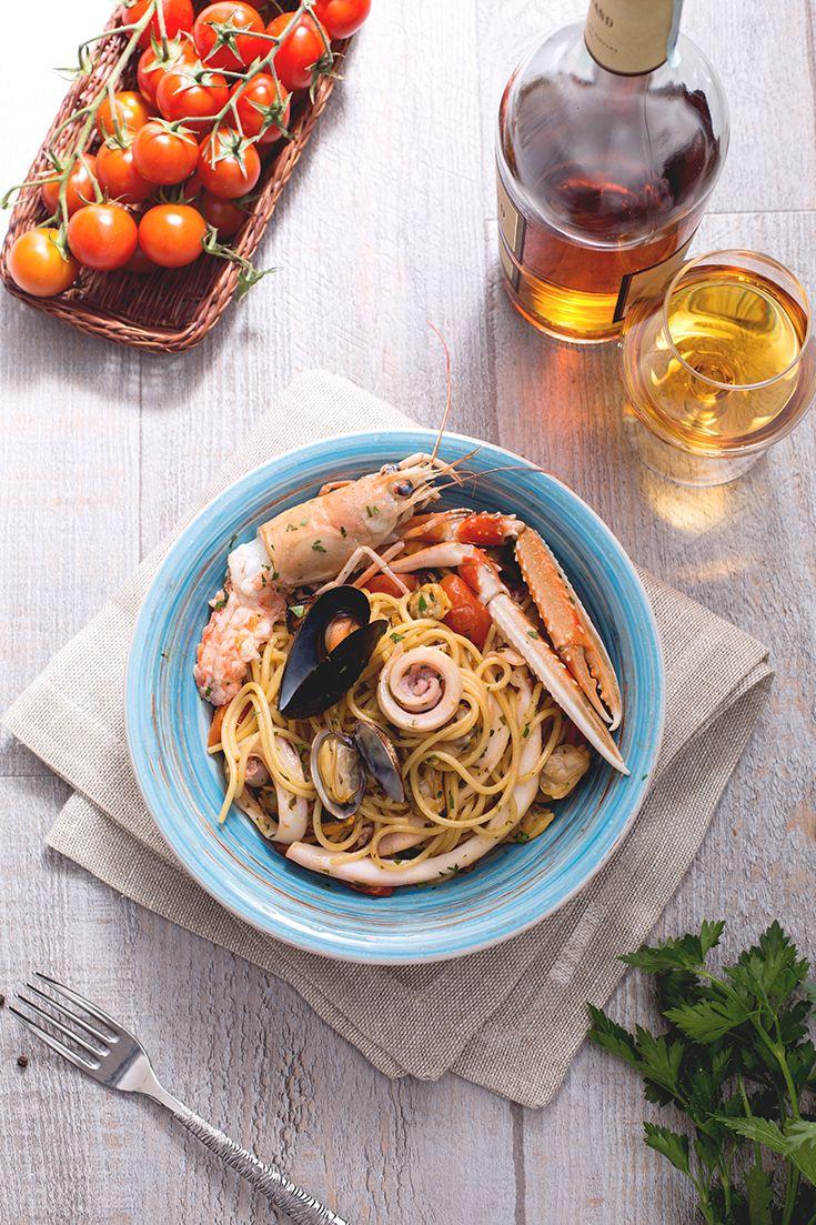 Un #classico irrinunciabile della cucina #italiana e #mediterranea? Gli #spaghetti allo #scoglio sono un #primo piatto ricco e saporito, in cui il #pesce e i #molluschi sono decisamente protagonisti. Ingredienti semplici come #pomodori #ciliegino, #olio di #oliva, #aglio e #prezzemolo sono il condimento perfetto che completa questo splendido piatto. #ricetta #GialloZafferano #italianrecipe #italianfood #italianspaghetti #italianpasta