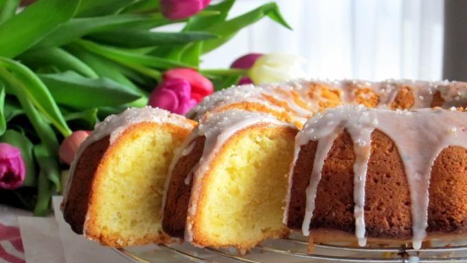 Piaskowa babka cytrynowa to wielkanocny klasyk. Jak zrobić cytrynową babkę? Sprawdź przepis na wielkanocną babkę piaskową - zobacz video!