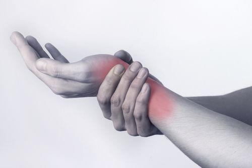 Les douleurs aux mains et aux poignets : à quoi sont-elles dues ? - Améliore ta Santé