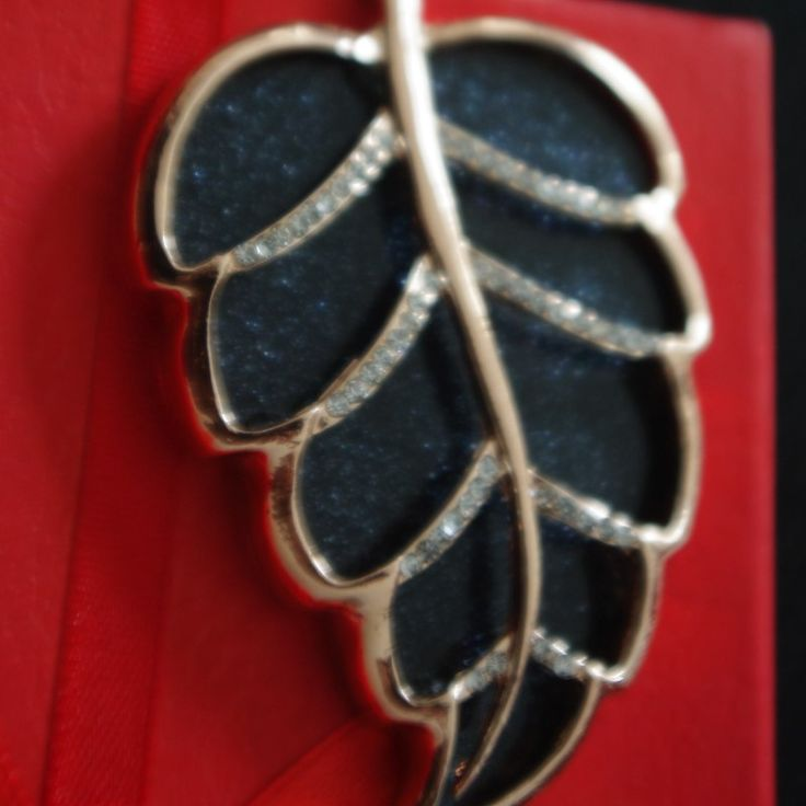 Златист лист - нежен сувнеир, под формата на ключодържател. Подходящ за Вашата дамска чанта, за Вашите ключове, било то на офис, магазин, дом, гараж и други.  Луксозен златист сувенир с едно лице.