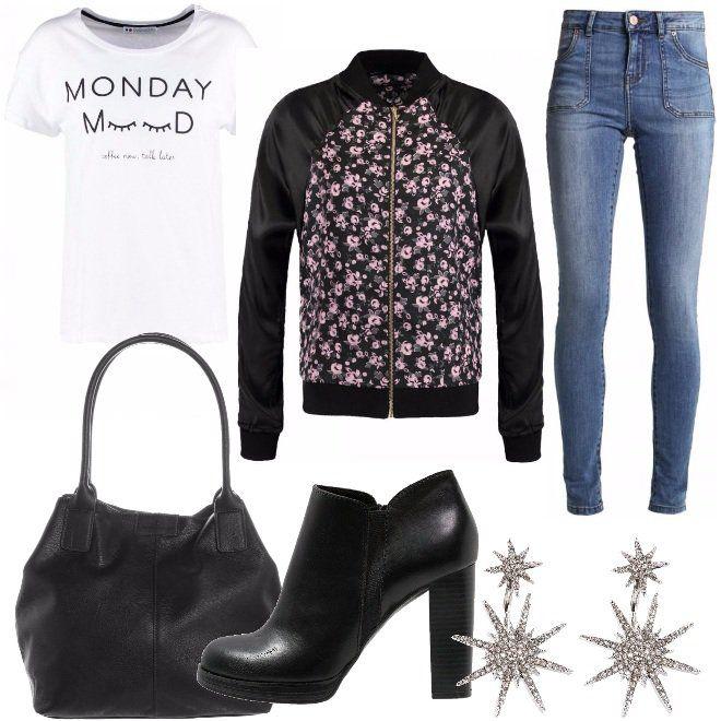 T-shirt+bianca+con+scritta,+bomber+in+raso+con+fantasia+floreale,+jeans+skinny+a+vita+alta+abbinati+a+tronchetti+neri,+borsa+a+mano+in+ecopelle+e+orecchini+con+strass.+Look+molto+semplice+e+economico,+da+indossare+nel+tempo+libero+oppure+per+l'università.+Ti+sentirai+alla+moda+avendo+speso+veramente+poco.