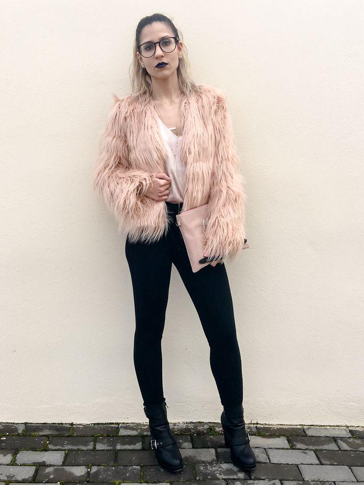 Abrigo de pelito color rosa claro de shein con top lencero de raso rosa de sammydress, pantalón negro, botines negros de hebillas y colgantes de justfab y clutch negro y rosa con letras de sammydress con lipstick lila.