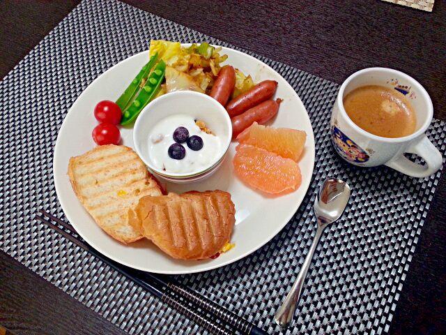 3月23日の朝食。 薄切りバケットにホワイトソースとハムチーズを挟んで♪ - 16件のもぐもぐ - クロックムッシュ キャベツとソーセージ炒め トマトとスナップエンドウ グレープフルーツ フルグラとブルーベリーのヨーグルト by rinko