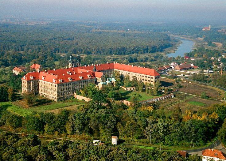 Klasztor Cystersów, Lubiąż - Dolnośląskie.  Klasztor w Lubiążu to największe opactwo cysterskie na świecie, arcydzieło śląskiego baroku i zabytek klasy zero. Jest to również drugi co do wielkości obiekt sakralny na świecie, z powierzchnią dwa i pół razy większą od zamku na Wawelu.