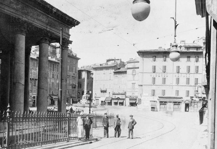 Piazza del Pantheon nel 1920, oggi diventata Piazza della Rotonda. Sullo sfondo la fontana del 1575 progettata da Giacomo Della Porta e a destra l'Albergo Abruzzi ancora oggi attivo; si riconoscono anche le rotaie del tram che all'epoca attraversava la piazza.