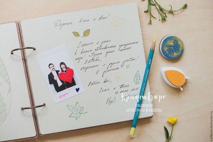 Купить или заказать Книга пожеланий свадебная. Гостевая книга/альбом пожеланий в интернет-магазине на Ярмарке Мастеров. Гостевая книга пожеланий в деревянной обложке. Приятная в руках, с ароматом дерева, душевная! Долговечная и экологичная, покрыта матовым лаком. Такую книгу будет приятно полистать спустя время и вспомнить счастливые моменты и искренние пожелания близких людей. С удовольствием сделаем для Вас гостевую книгу или альбом пожеланий на свадьбу, день рожденья, юбилей компании....