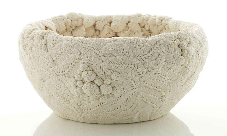 Hitomi Hosono vytváří porcelánové nádoby spřírodními ornamenty