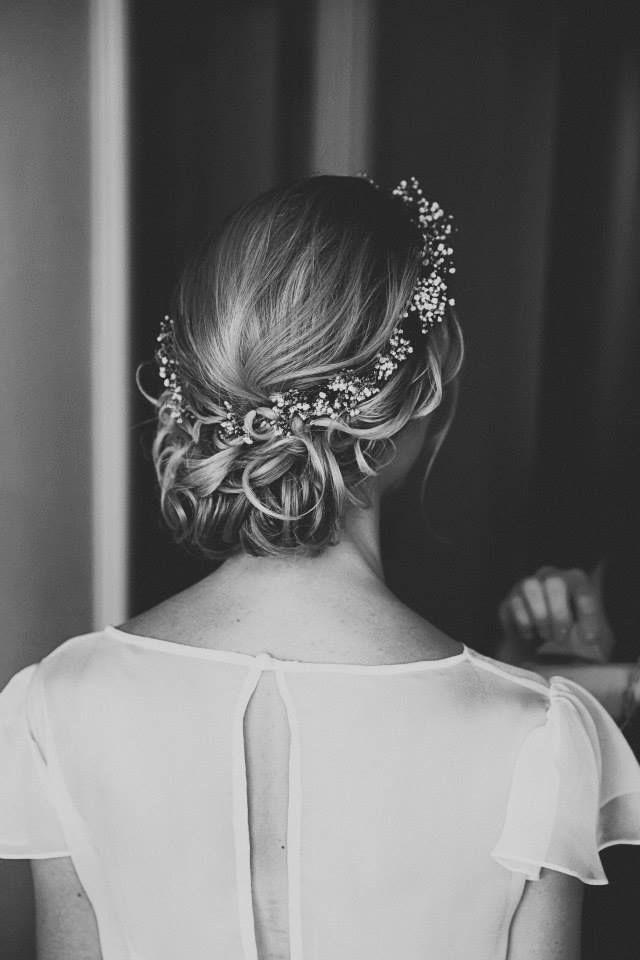 Bruidskapsel laag opgestoken met hoofdband | ThePerfectWedding.nl