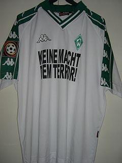 """Saison 01/02 - Spielertrikot. 4 Tage nach den Anschlägen in den USA musste Werder gegen Köln ran. Der Aussage auf dem Trikot """"Keine Macht dem Terror"""" ist nichts hinzuzufügen. Getragen von Rade Bogdanovic."""