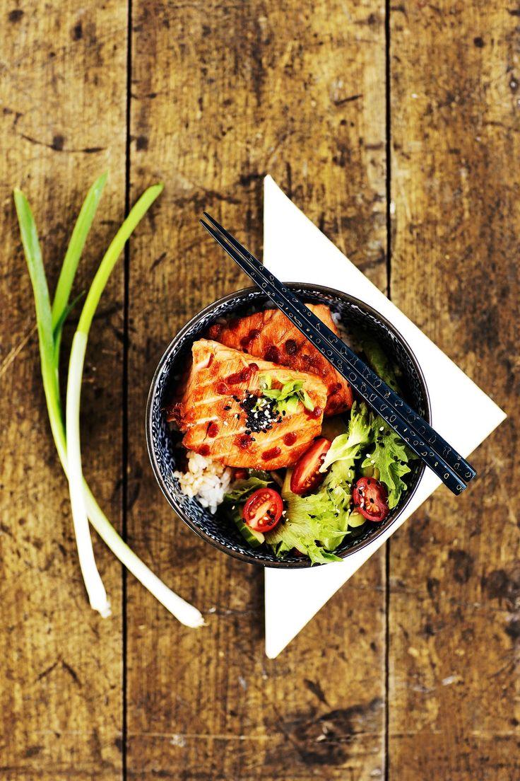 Helsinkiläiskahvila The Boom Roomin japanilainen teriyakilohi on täydellinen suolaisen ja makean liitto. Lohiannos kootaan suoraan kulhoon salaatin ja riisin kanssa.