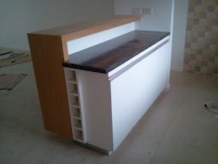 Mueble de cocina en melamina blanca con barra en madera de cerejeira lustrada