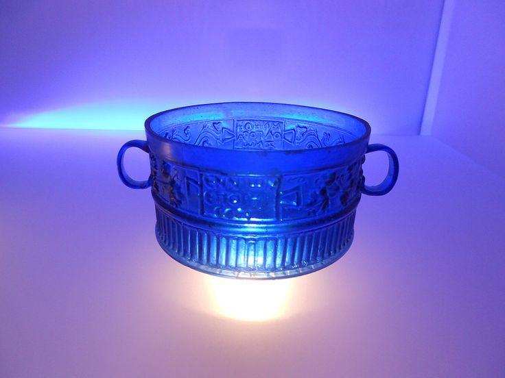 tazza di vetro blu, firmata Ennione, la teca dei Vetri, museo nazionale archeologico, Adria