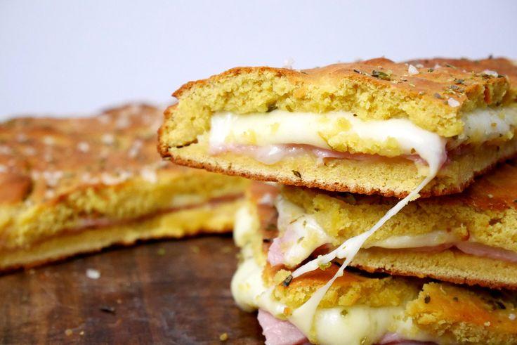La farinata di ceci ripiena di prosciutto e formaggio non è altro che una focaccia ripiena e cotta in forno ma, anziché a base di farina di frumento, è a b