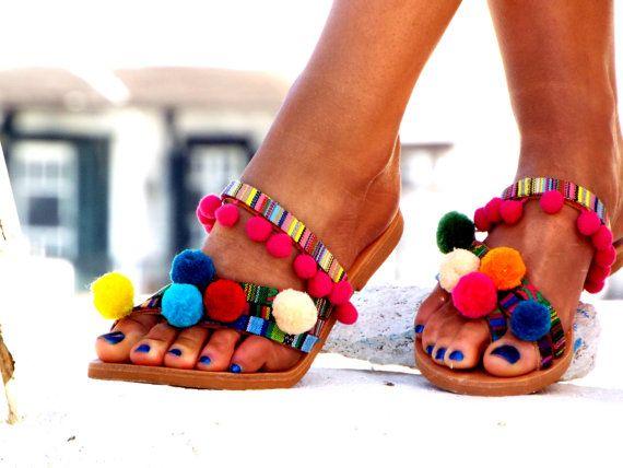 Sandalias de cuero griega hecha a mano por encargo. Sandalias cuero Goa, Pom Pom, coloridas sandalias, sandalias boho, sandalias de cuero, sandalias de griego, estilo bohemio, sandalias hechas a mano  Estas sandalias de cuero están hechas con pompones de colores, cinta étnica colorida. Hecho a mano de 100% cuero sandalias griegas! Ser inspirado por la belleza de los espíritus libres, al igual que nosotros! Wow, étnico y chic! * Usted puede usar esta sandalia todo el día. * Podemos hacer esto…